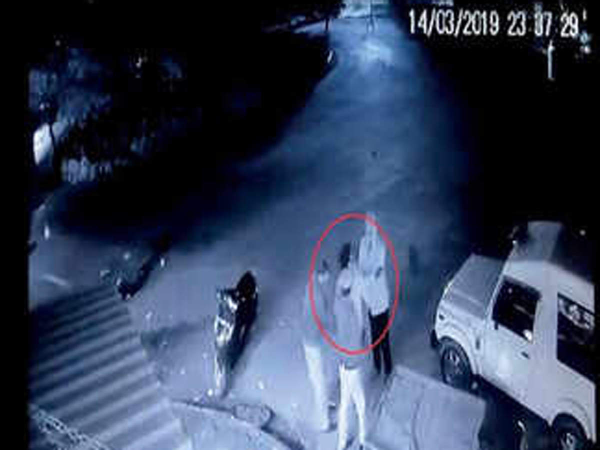 delhi-cops-thrash-shopkeeper-in-sarita-vihar-video-goes-viral