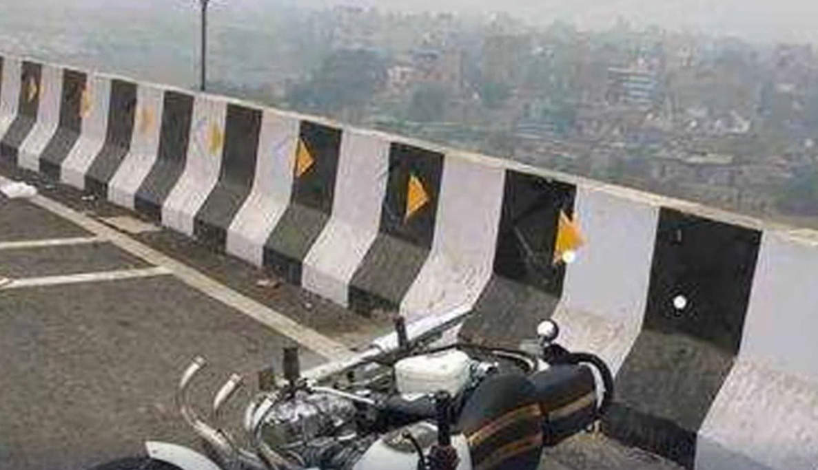 shocking-in-4-days-2-riders-fall-off-delhis-flyovers