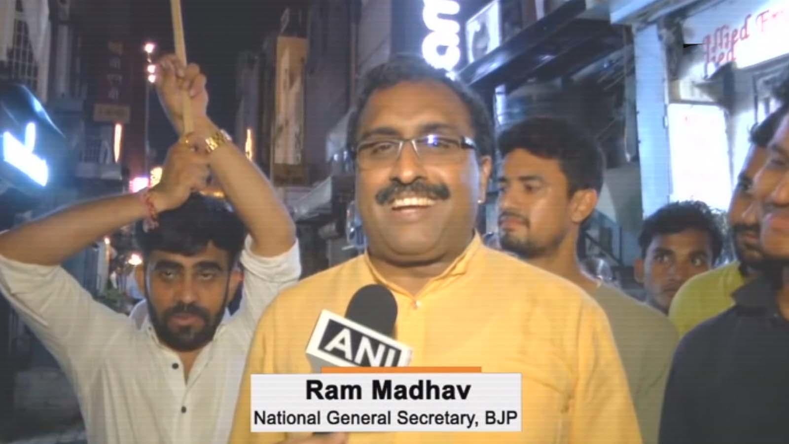ram-madhav-celebrates-bjp-victory-in-delhis-khan-market