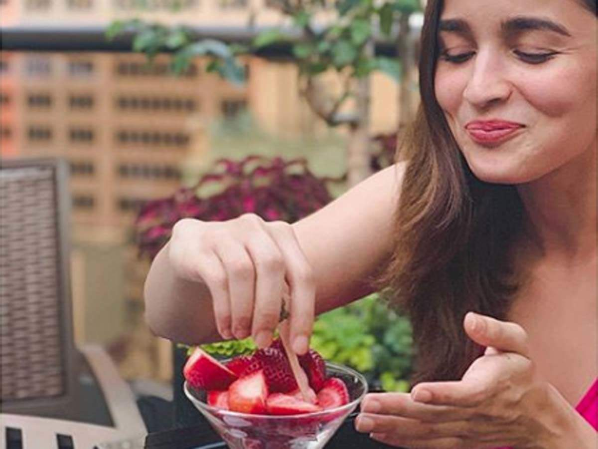 Alia Bhatt looks fresh as a berry as she enjoys Strawberry | Hindi ...
