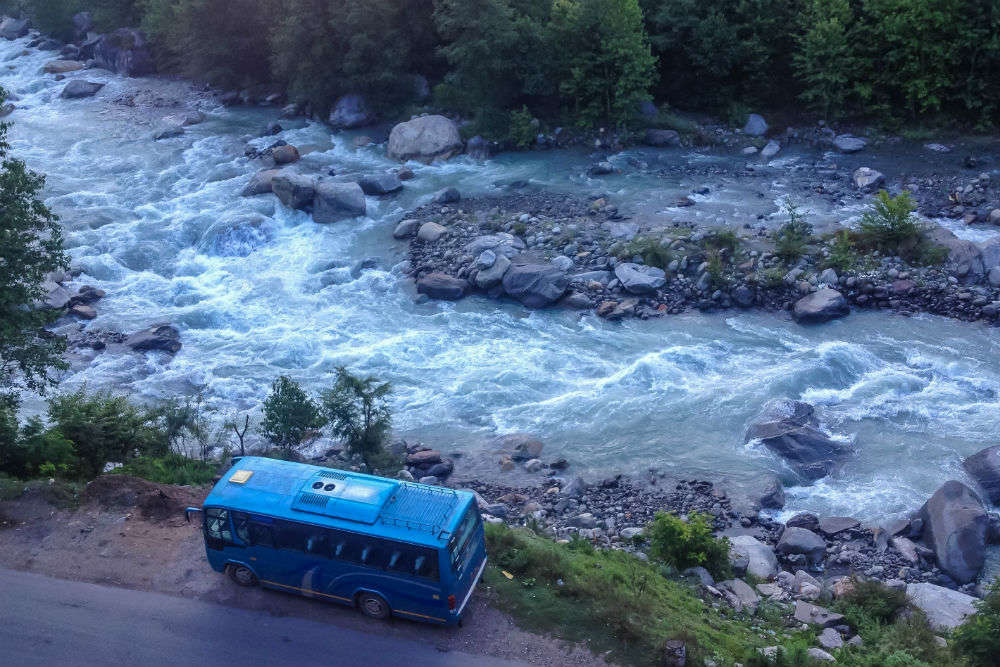 Hop on to a HPTDC deluxe bus from Manali to Leh for just INR 2900