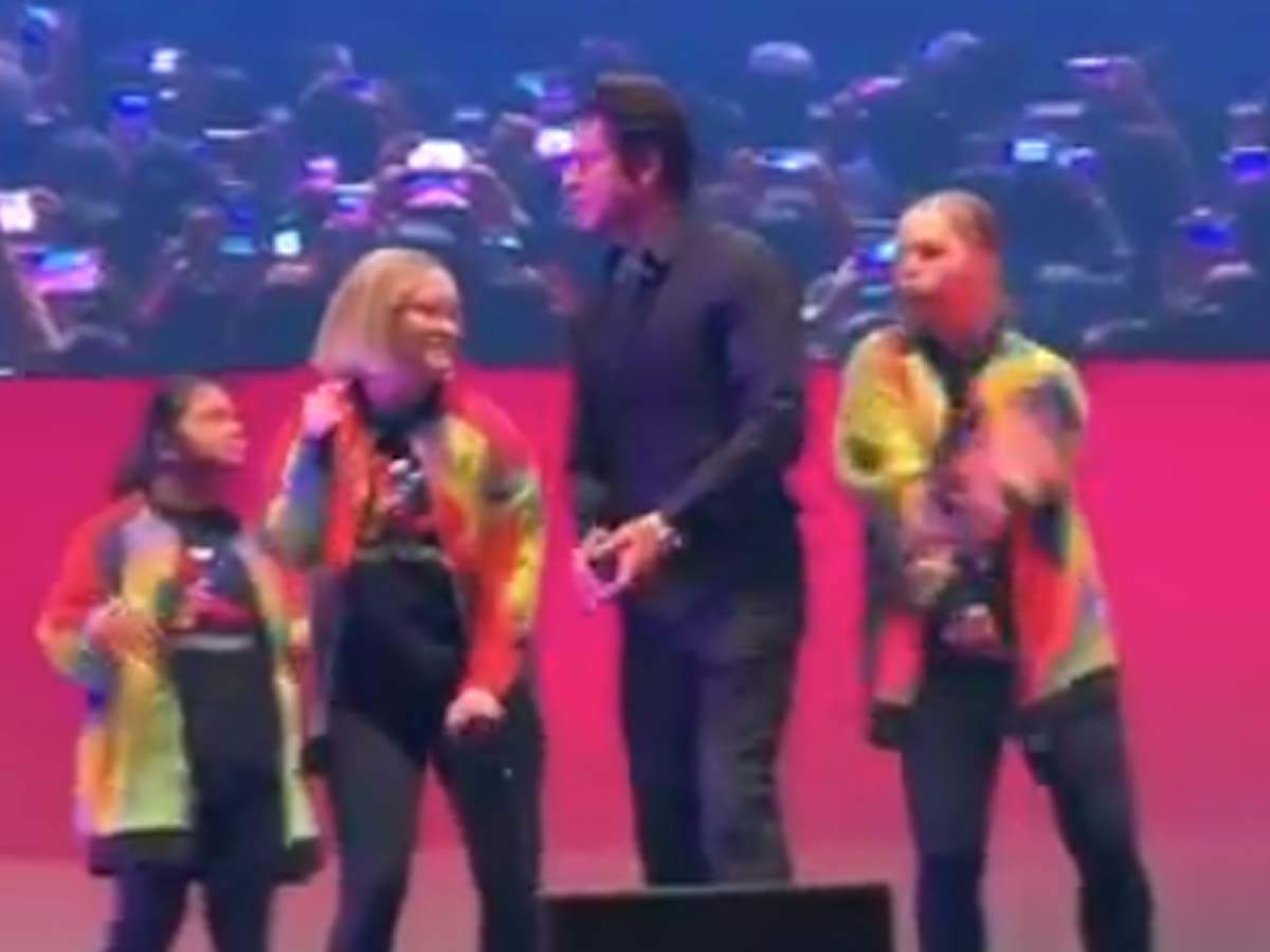 Video: Shah Rukh Khan shakes a leg with kids at Indian Film Festival of Melbourne 2019 - Times of India thumbnail