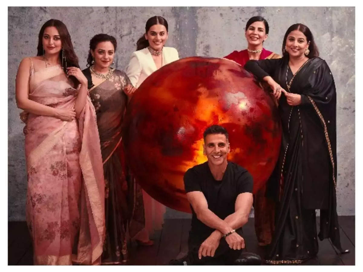 "Special screening of 'Mission Mangal': Akshay Kumar strikes a pose with his ""lovely ladies"" in Delhi - Times of India"