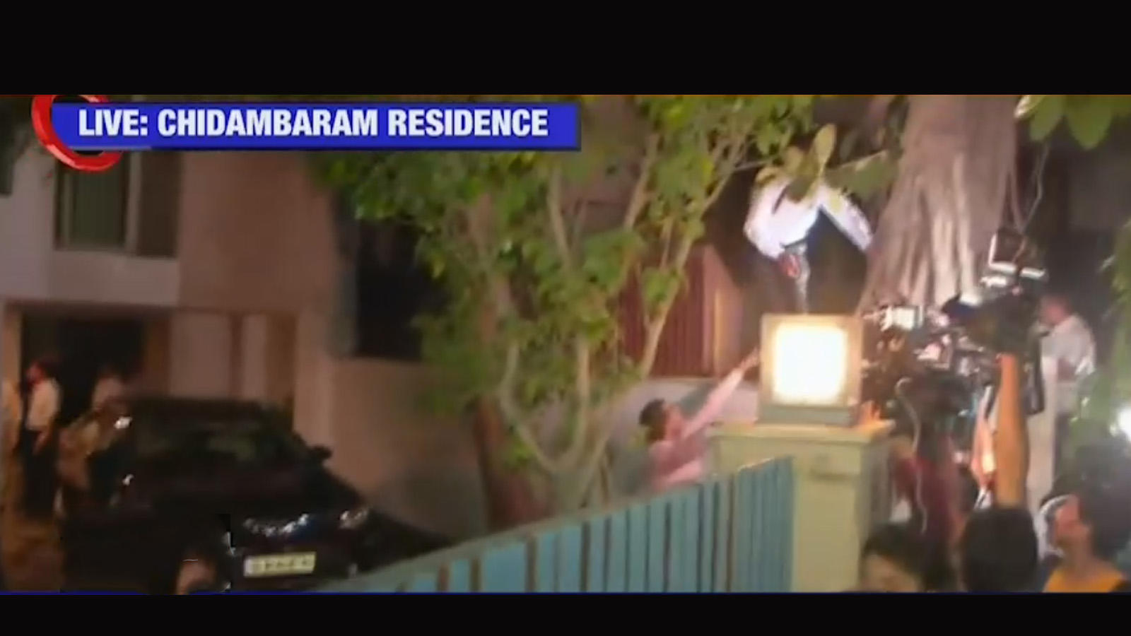 cbi-team-scales-wall-to-enter-chidambarams-house
