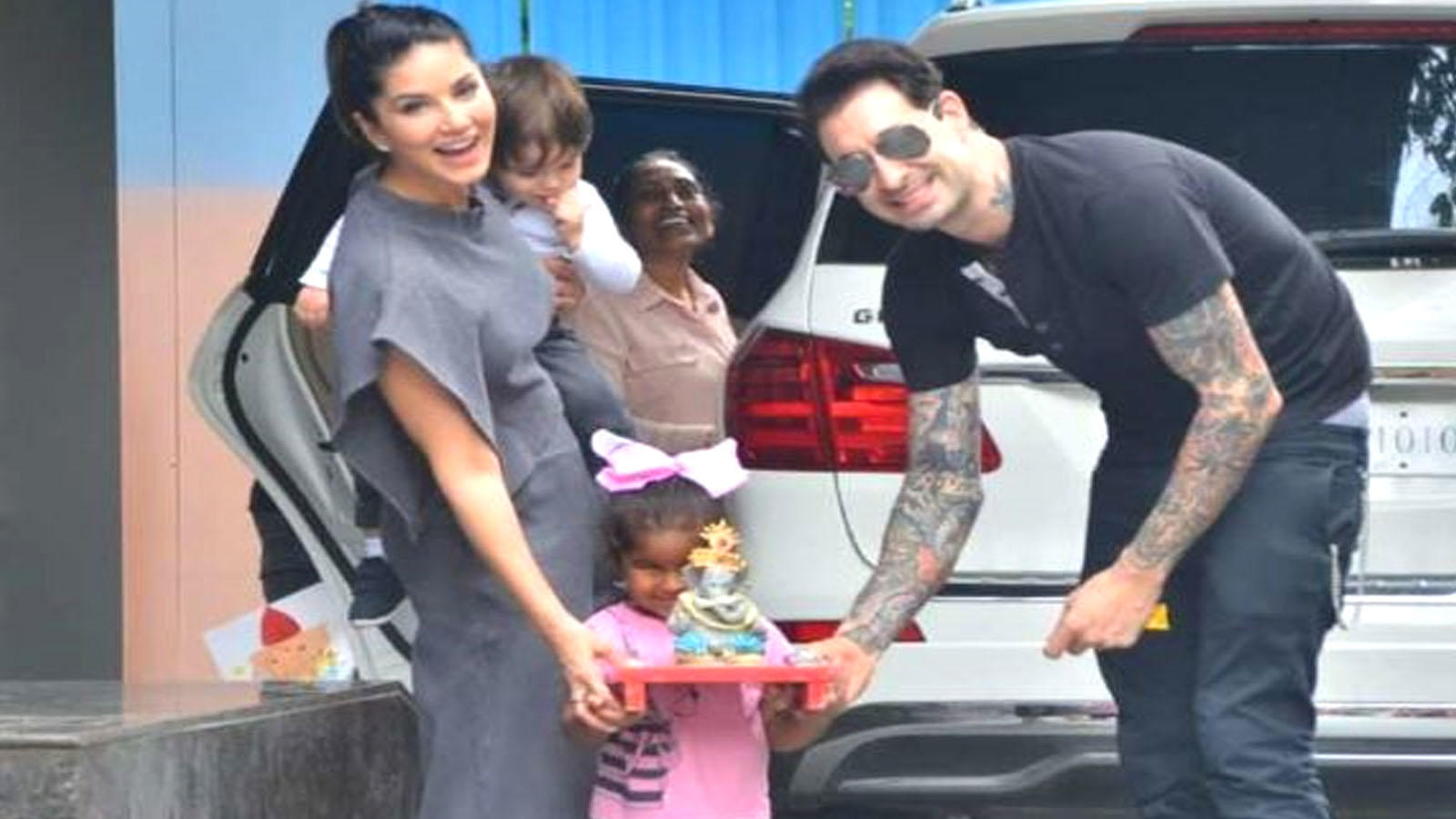 Sunny Leone's daughter Nisha carrying Lord Ganesha's idol is the cutest  thing on internet