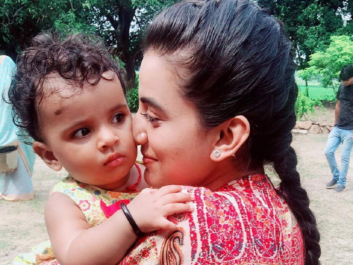 These pictures of Akshara Singh with a kid is simply too