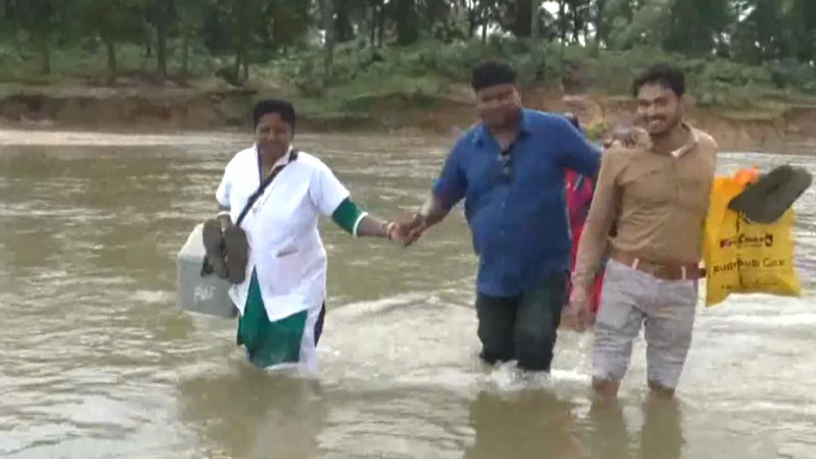 inspiring-this-woman-crossed-river-on-foot-to-provide-healthcare-services-to-locals-in-chhattisgarh