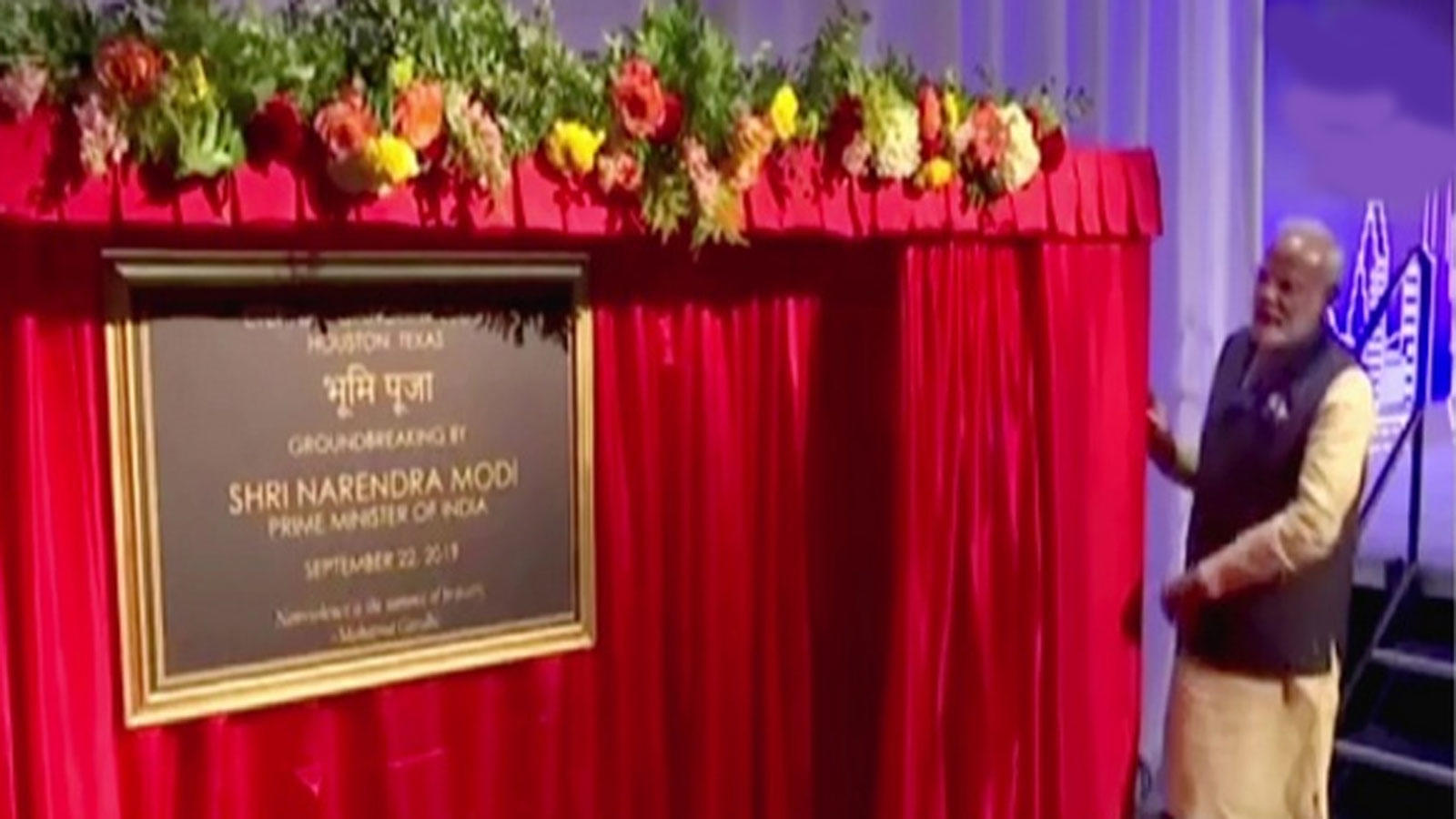 houston-pm-modi-unveils-plaque-for-groundbreaking-ceremony-of-eternal-gandhi-museum