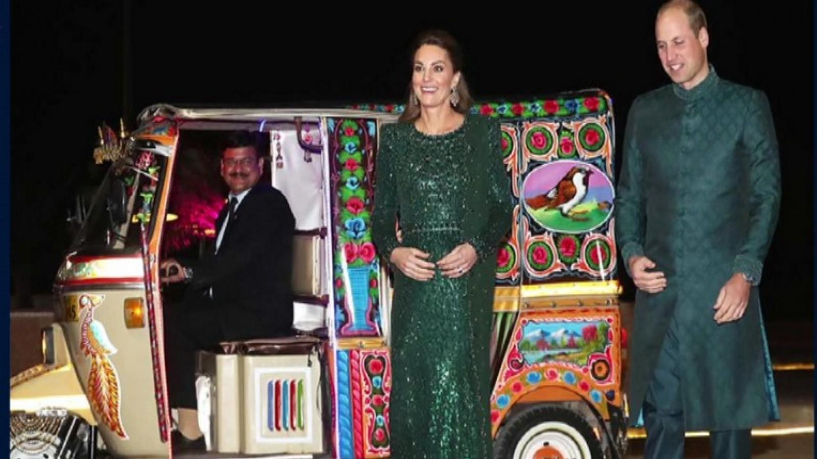 duke-and-duchess-of-cambridge-arrive-at-dinner-in-auto-rickshaw-in-pakistans-islamabad
