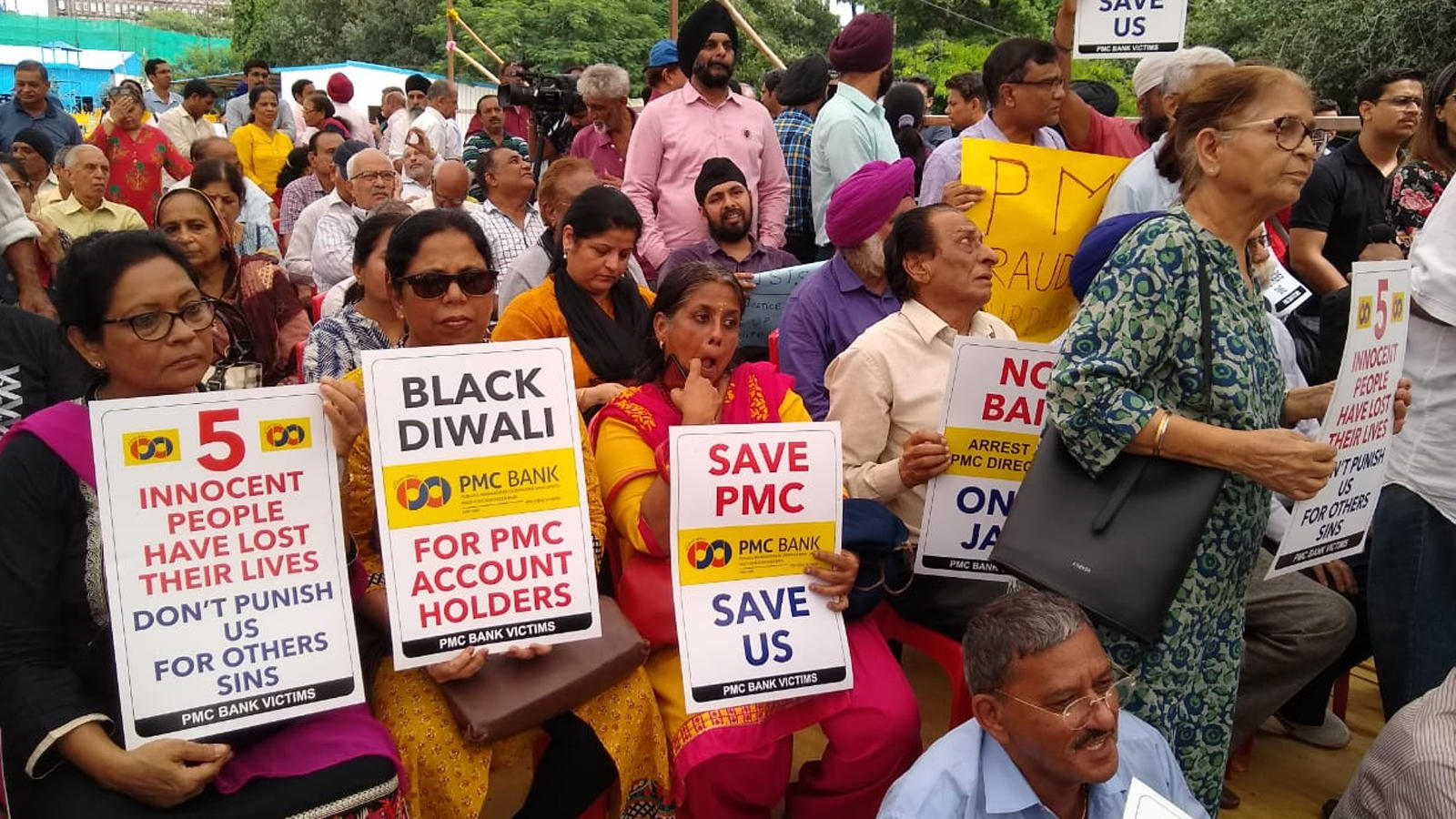 mumbai-pmc-depositors-stage-protest-at-azad-maidan-urge-rbi-to-infuse-funds-as-temporary-relief