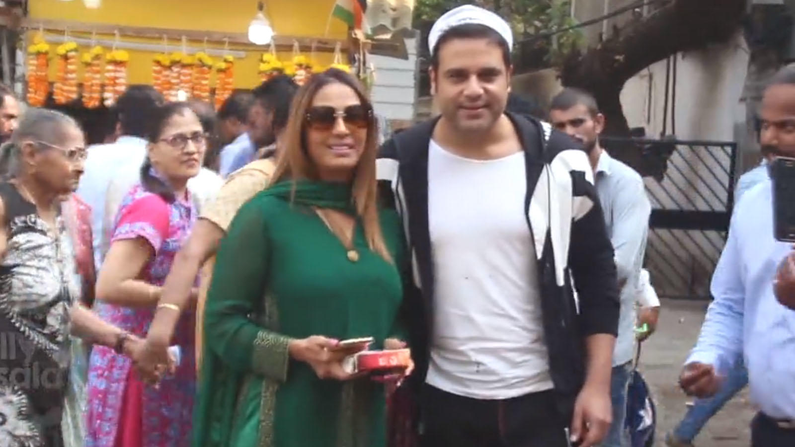 krushna-abishek-siddhivinayak-temple-with-wife-kashmera-shah