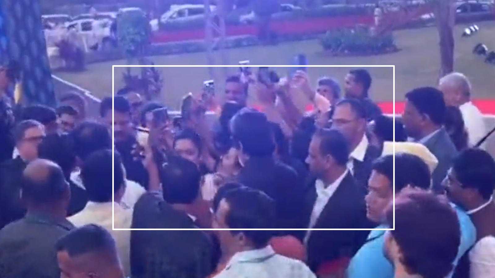 amitabh-bachchan-meets-female-fan-for-a-selfie-gets-mobbed