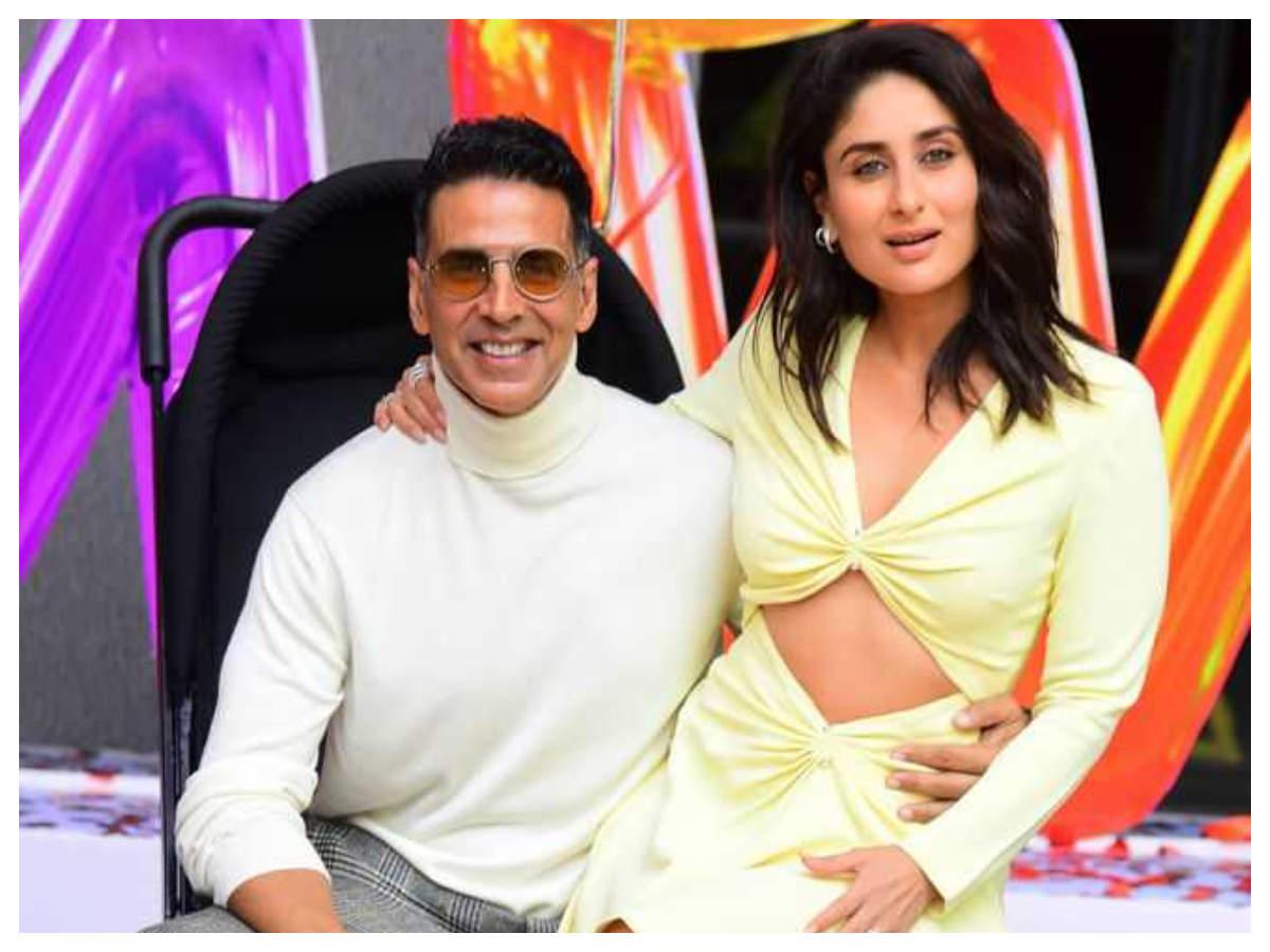 Watch: Akshay Kumar Plays A Prank On Kareena Kapoor Khan And Her Reaction Is Simply Hilarious! | Hindi Movie News