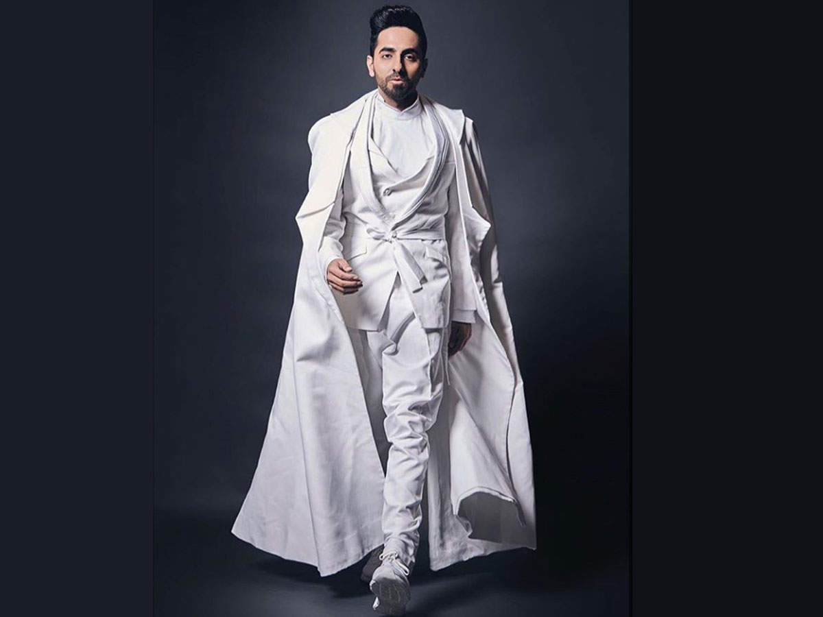 Watch: Ayushmann Khurrana Nails His Impersonation As Amitabh Bachchan And Shah Rukh Khan At The Filmfare Glamour And Style Awards 2019   Hindi Movie News