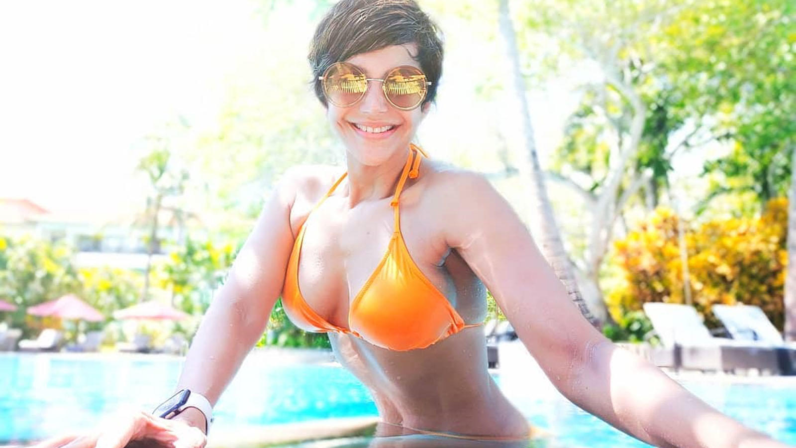 mandira-bedi-flaunts-incredibly-toned-figure-in-orange-bikini