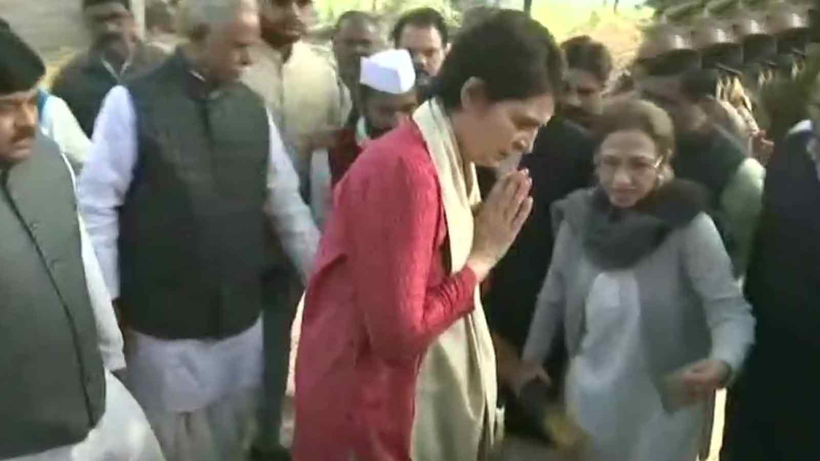 unnao-rape-priyanka-gandhi-meets-victims-kin-attacks-up-govt-for-failing-law-and-order-situation
