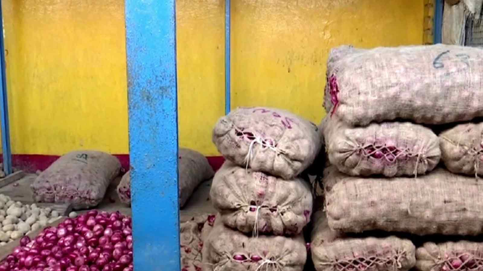rise-in-onion-prices-leaves-people-teary-eyed-in-bhubaneswar