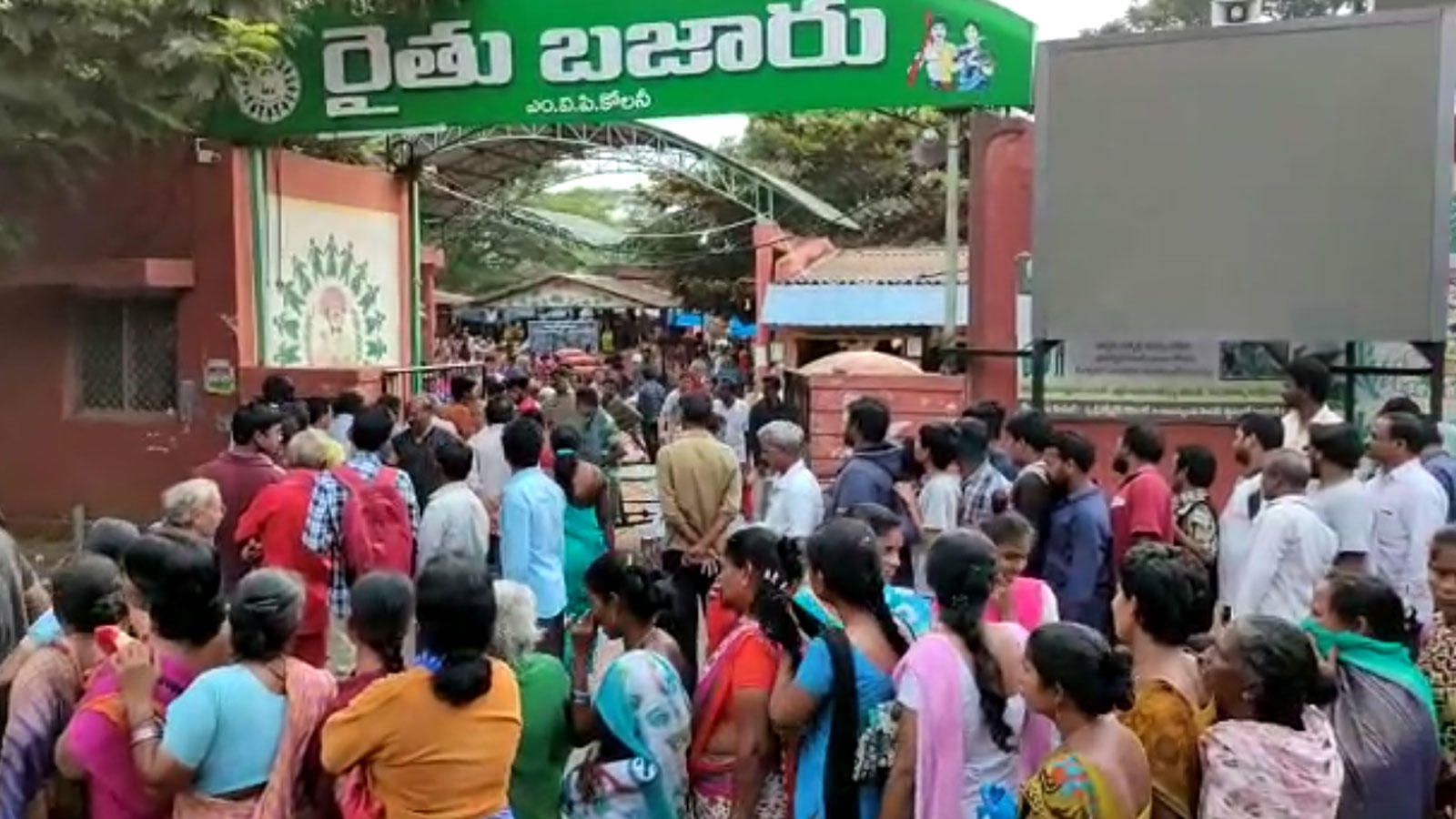 visakhapatnam-hundreds-queue-up-to-buy-subsidised-onion-at-rs-25-per-kg