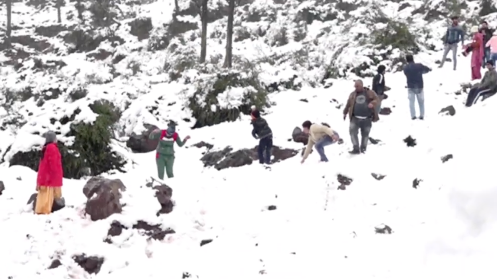 jk-tourists-enjoy-snowfall-in-udhampur