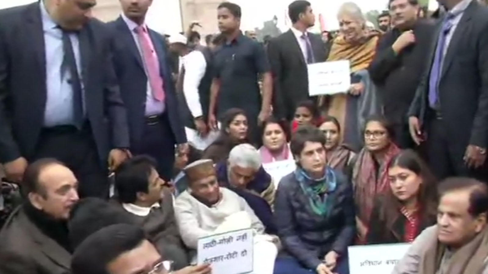 priyanka-gandhi-stages-dharna-over-police-action-during-students-protest-in-jamia-millia-islamia