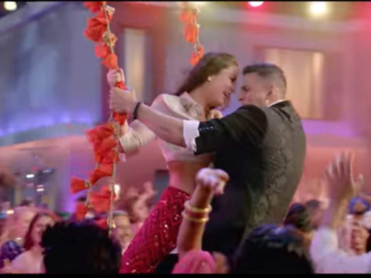 Good Newwz Song Laal Ghagra This Song Featuring Akshay Kumar And Kareena Kapoor Is A Peppy Party Number Hindi Movie News Times Of India