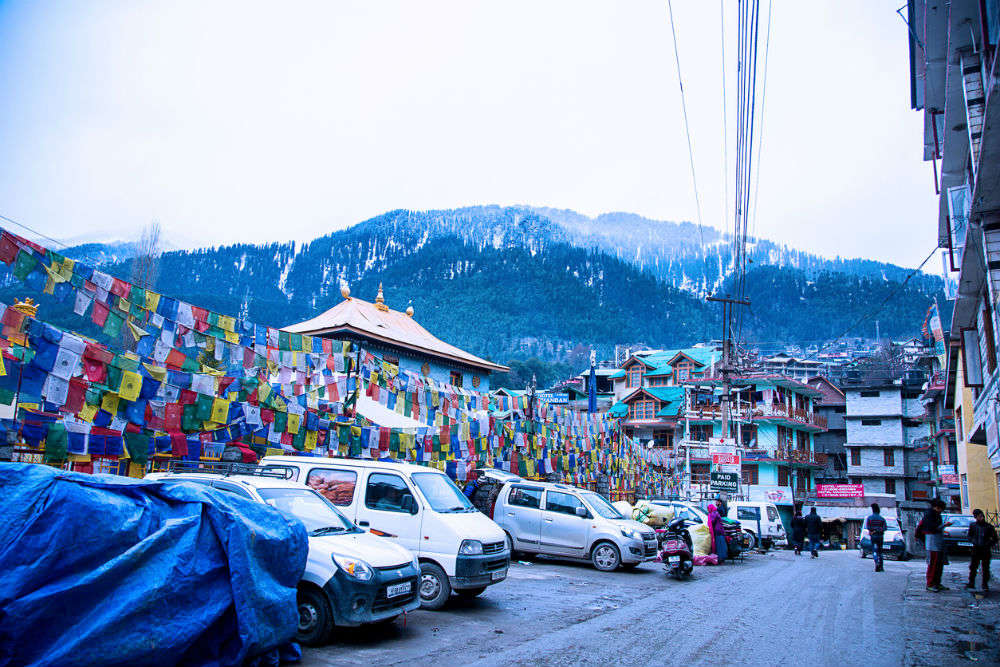 Manali hit by fresh spell of snowfall, tourists face massive traffic jams