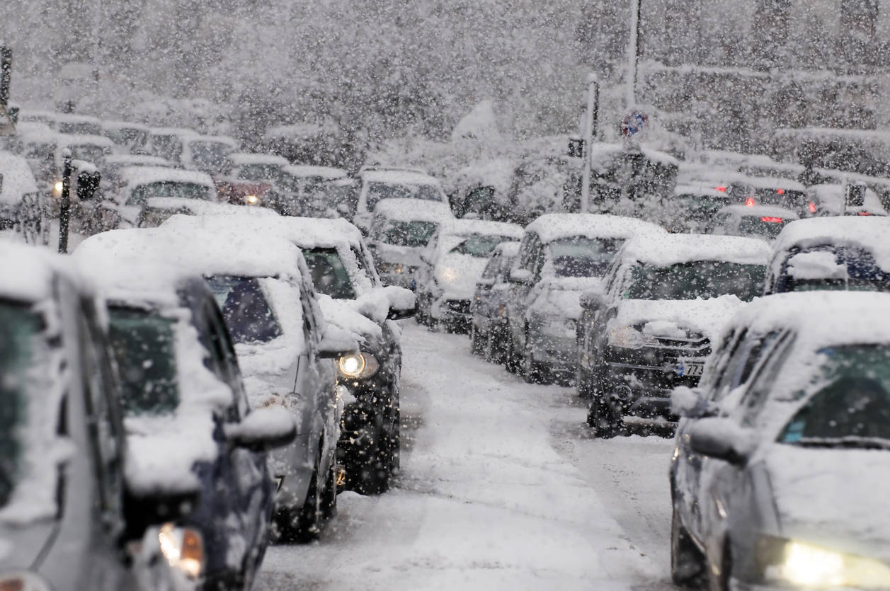 Uttarakhand: Heavy snowfall disrupts normal life; many areas cut off from the rest of the world
