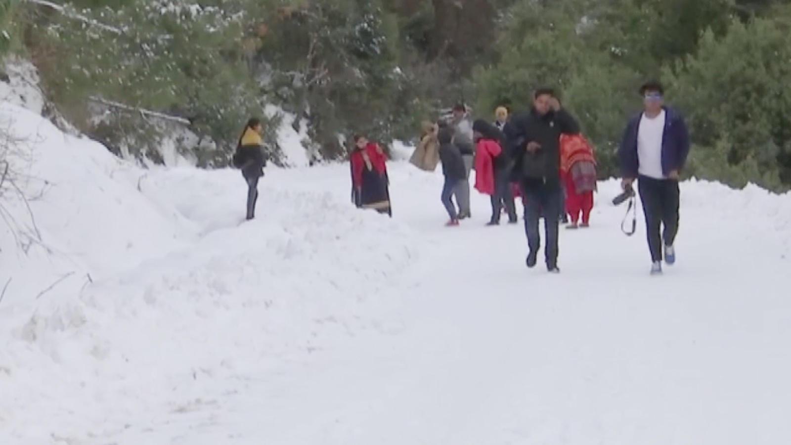 tourists-enjoy-snowfall-at-famous-dehra-ki-gali-in-jks-rajouri