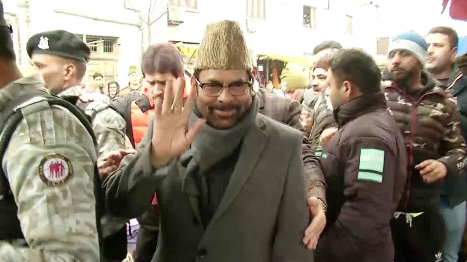 mukhtar-abbas-naqvi-interacts-with-locals-at-srinagars-lal-chowk