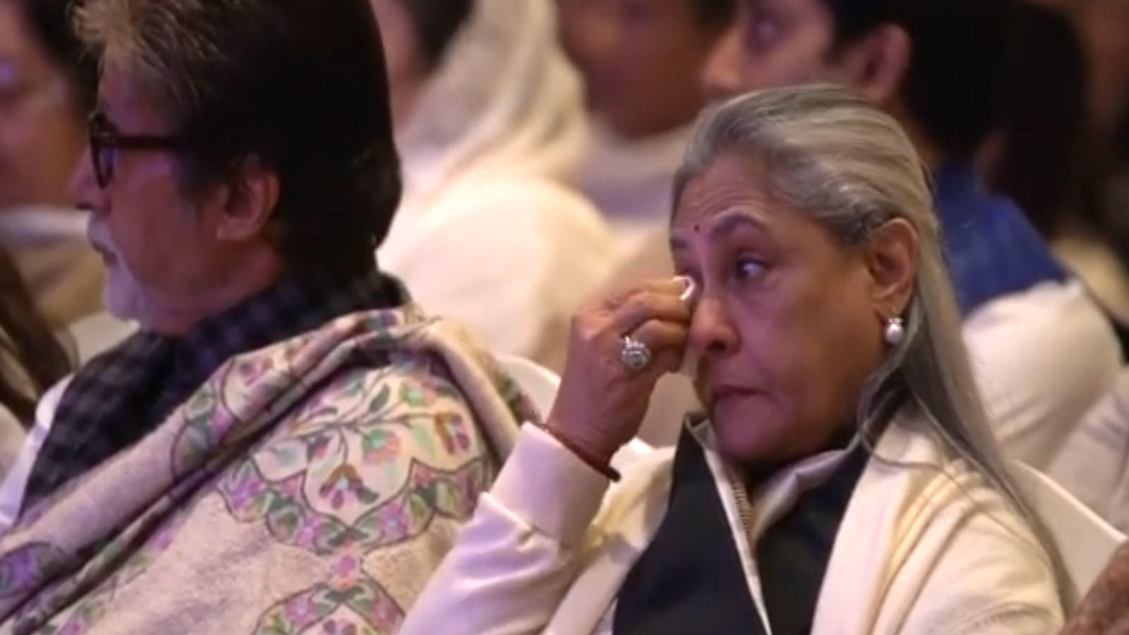 emotional-jaya-bachchan-wipes-away-her-tears-at-ritu-nandas-prayer-meet