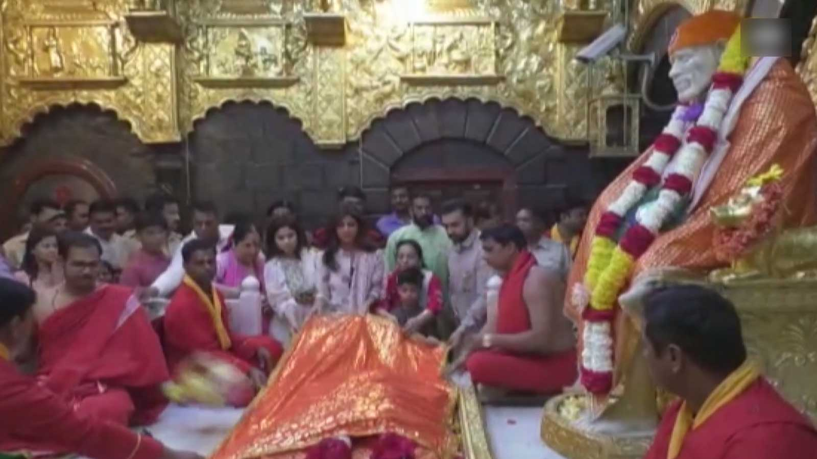 shilpa-shetty-kundra-offers-prayers-at-shirdi-sai-baba-temple-with-hubby-raj-kundra-and-son-viaan