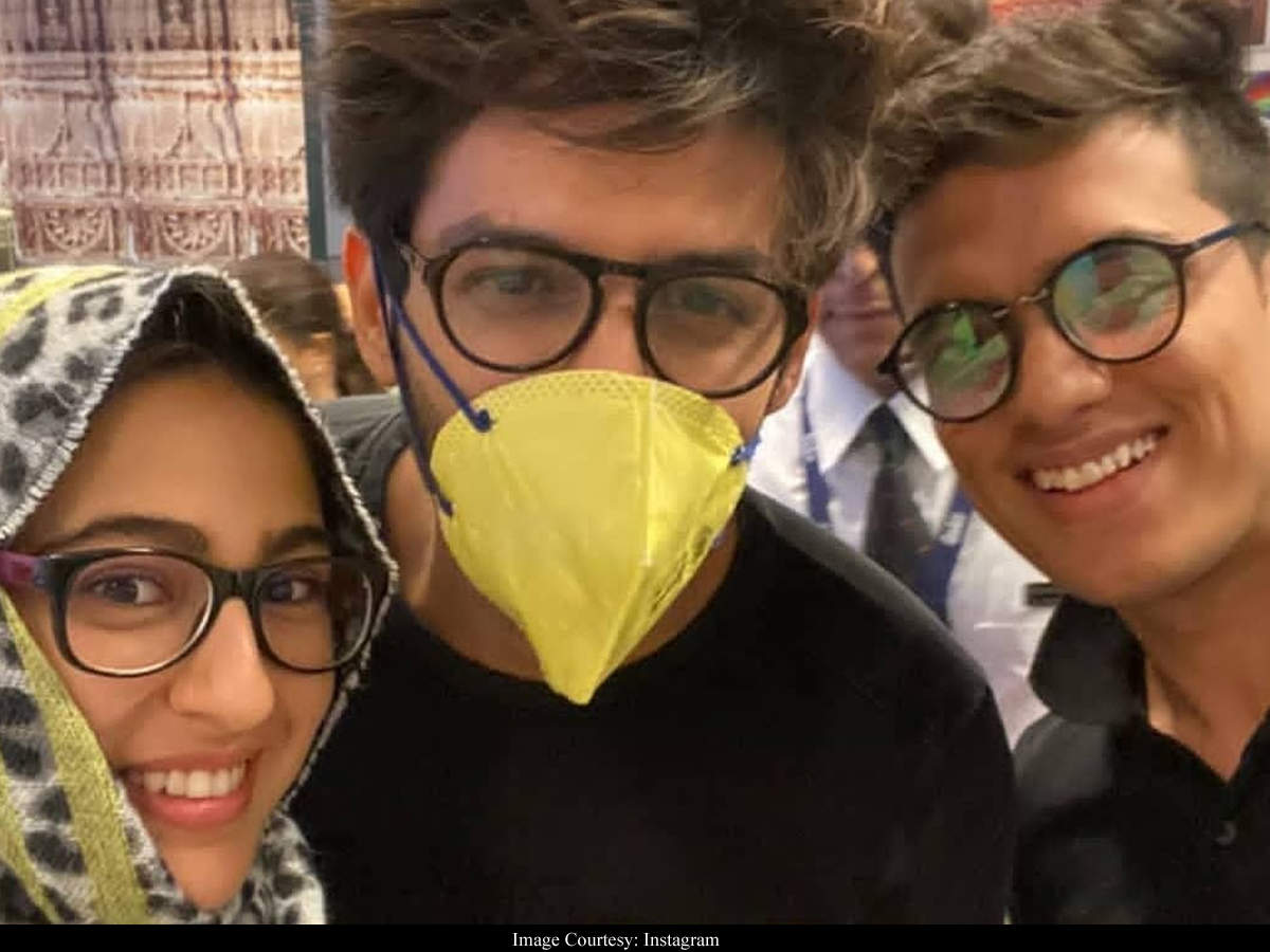 Photo Kartik Aaryan Snapped In A Mask While Sara Ali Khan Gets Under A Dupatta As They Pose With A Fan At The Airport Hindi Movie News Times Of India
