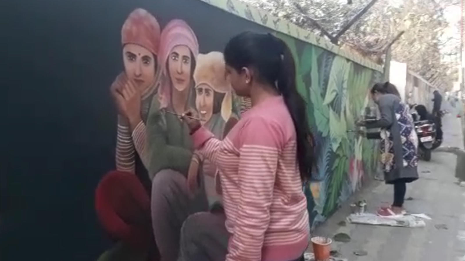 artists-participate-in-wall-painting-competition-in-dehradun
