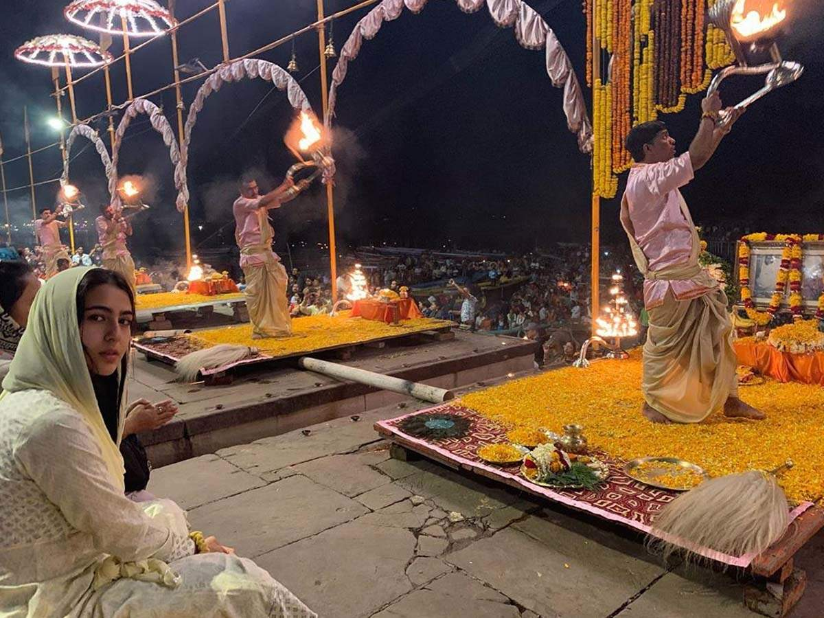 Sara Ali Khan visits Ganga ghat in Varanasi and offers her prayers; shares pictures on Instagram thumbnail