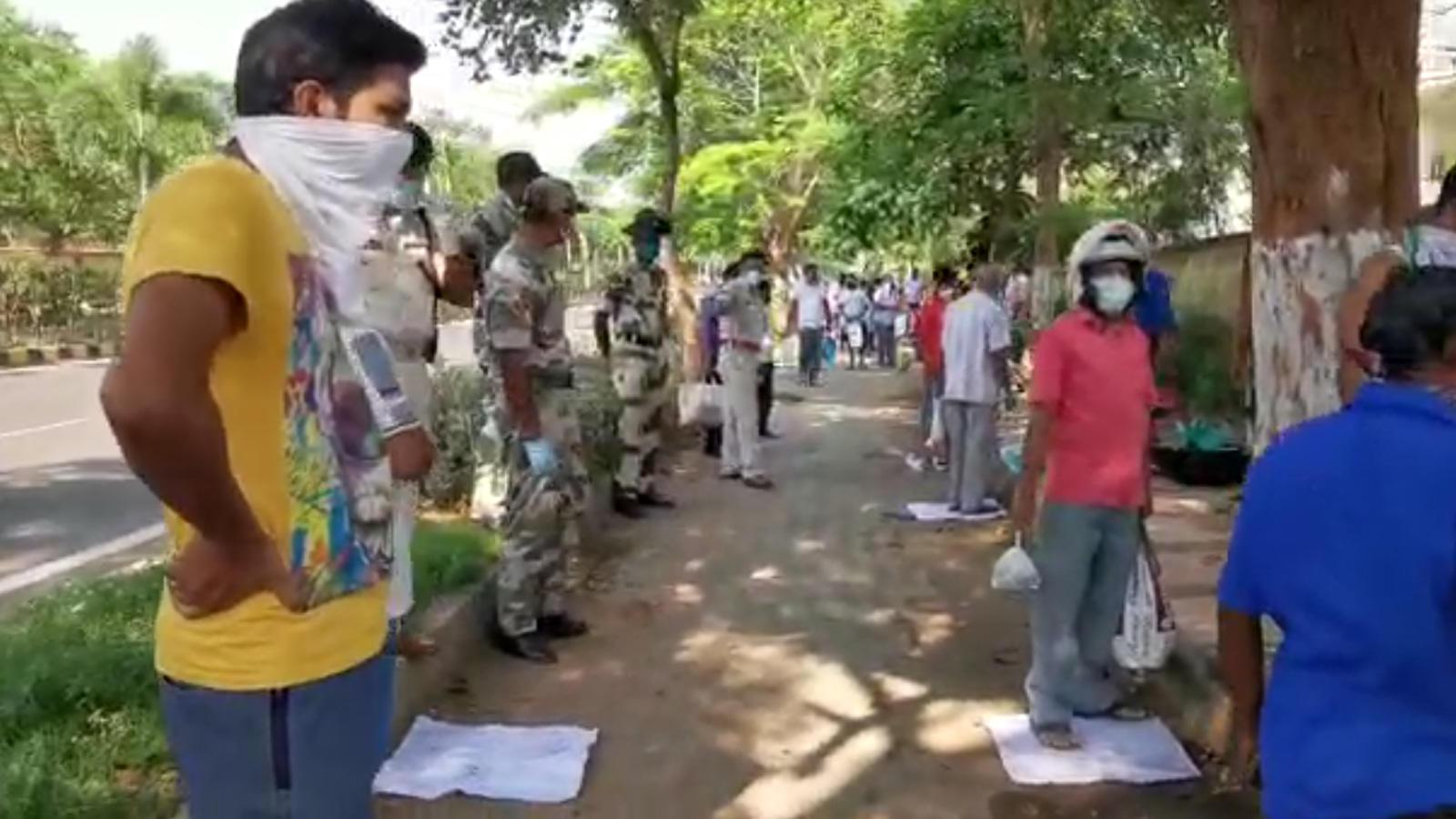coronavirus-outbreak-people-flock-to-buy-fish-in-bhubaneswar-amid-lockdown