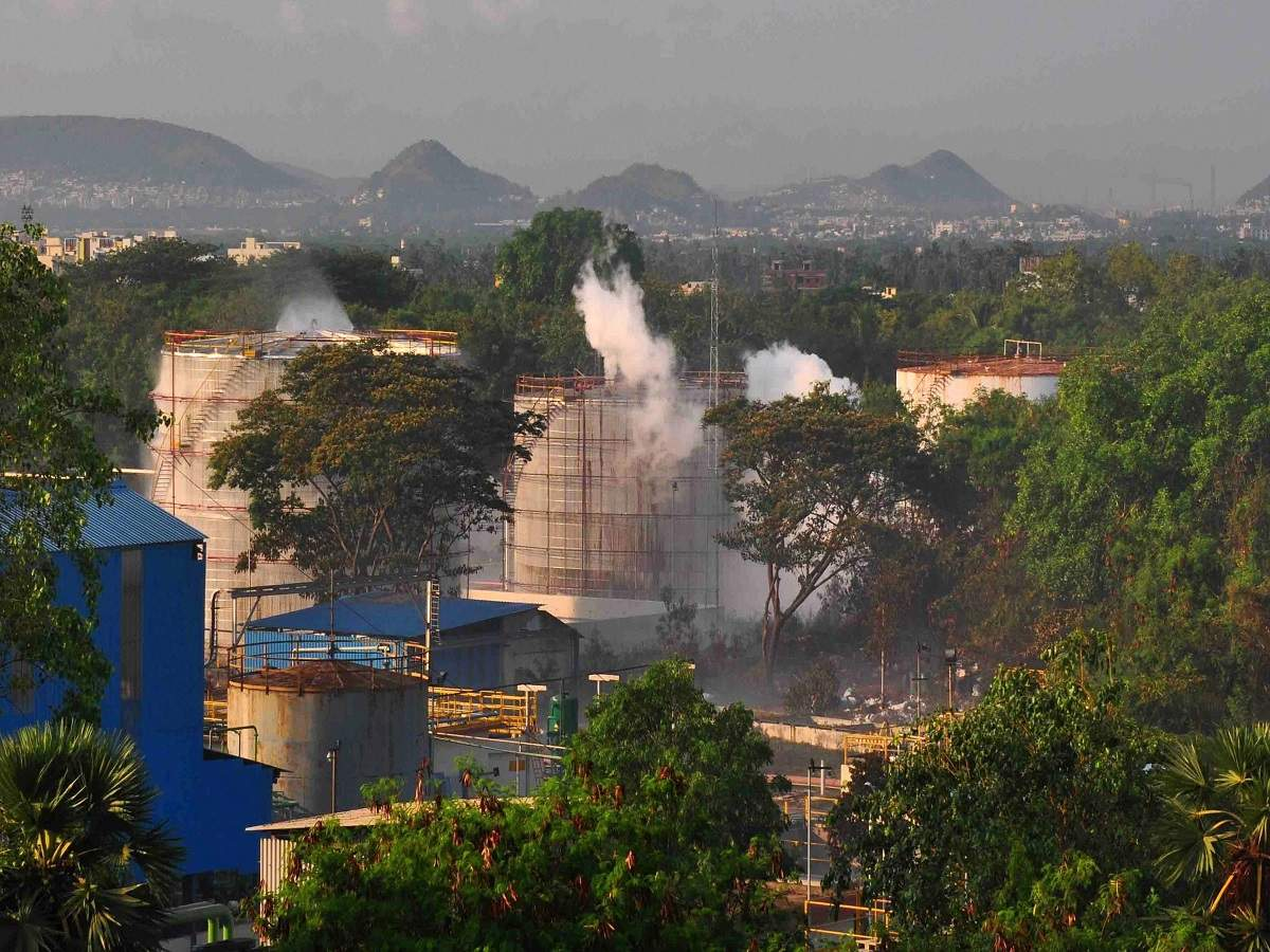 visakhapatnam gas leakage: 11 killed in pre-dawn disaster as gas leaks at  vizag lg polymers plant   india news - times of india