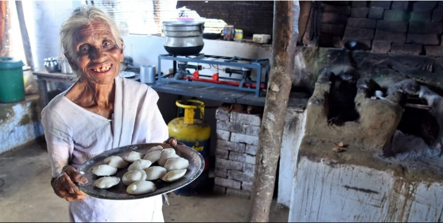 This 85-year-old woman is selling idli-sambar to migrant workers for Re. 1