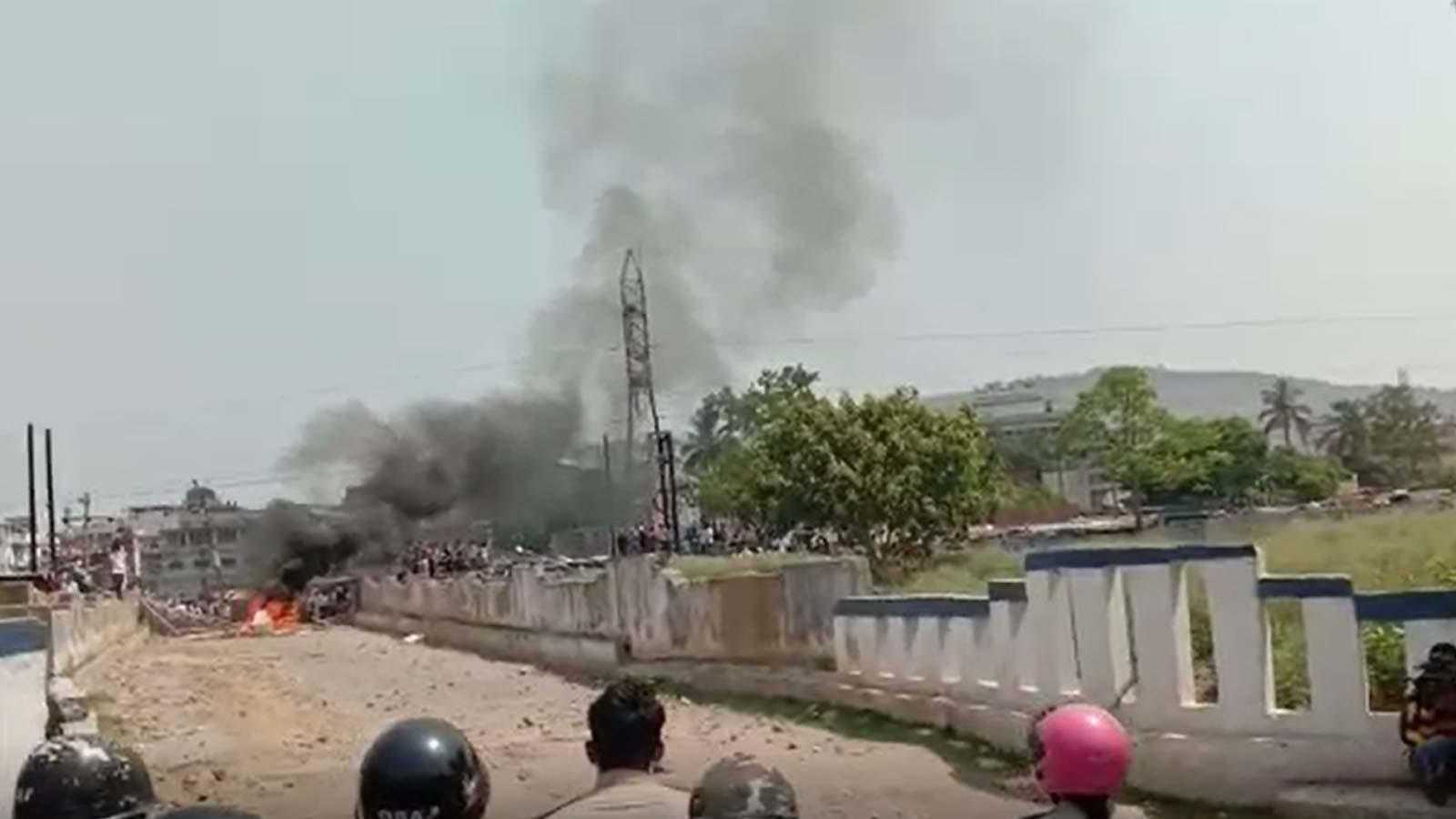covid-19-mob-attacks-cops-demands-removal-of-containment-tag-in-odisha