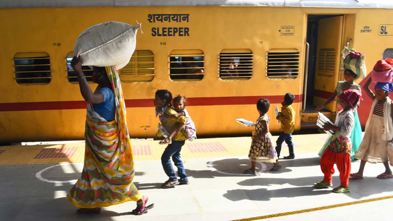 migrant-workers-sent-back-to-their-native-place-in-uttar-pradesh-from-maharashtra-in-a-special-train