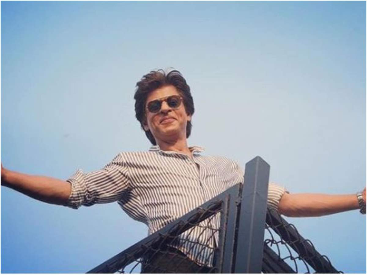 When Shah Rukh Khan struck his ICONIC signature pose in front of several  fans gathered outside Mannat | Hindi Movie News - Times of India
