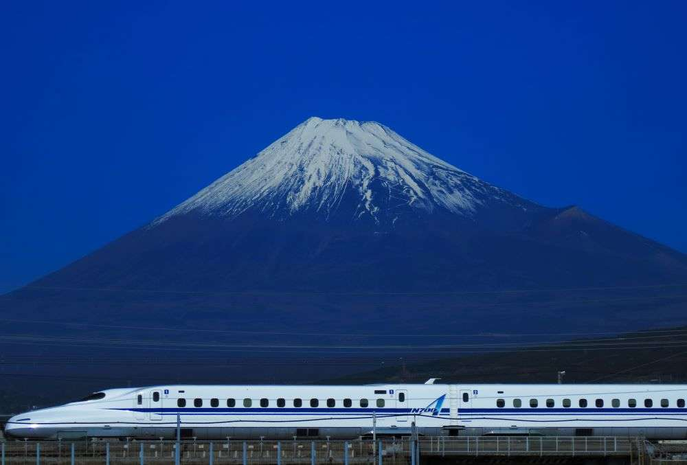 A bullet train launched in Japan can run during an earthquake!