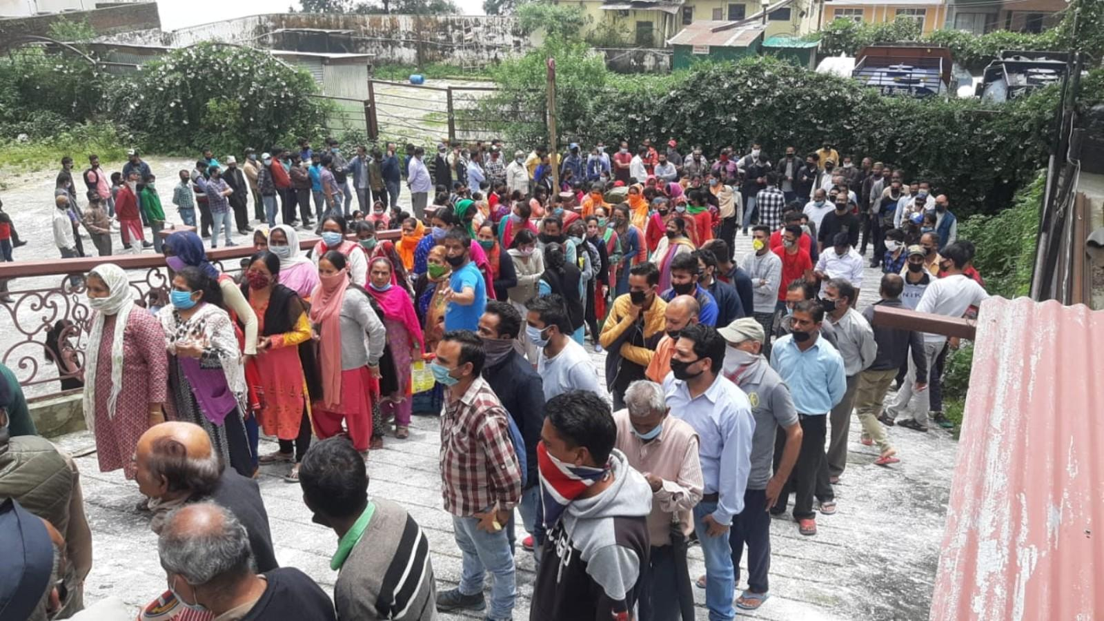 crowds-violate-social-distancing-norms-during-ration-distributing-event-in-mussoorie