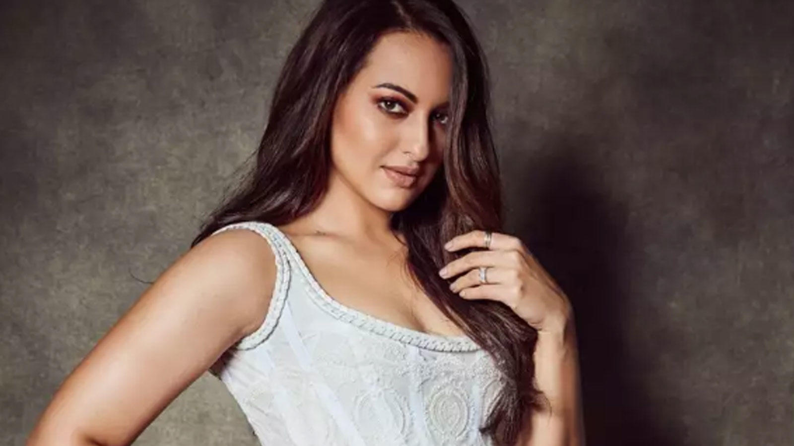 sonakshi-sinha-comes-out-in-support-of-a-poet-who-is-receiving-online-rape-threats