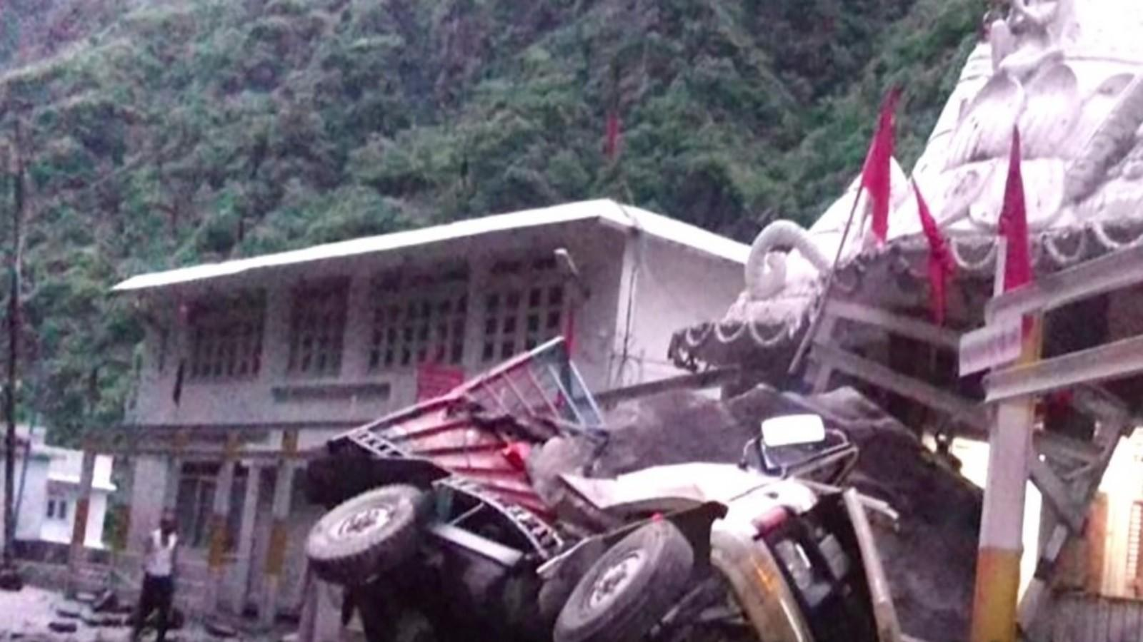 2-dead-3-injured-as-boulders-hit-vehicles-following-landslide-in-hps-mandi
