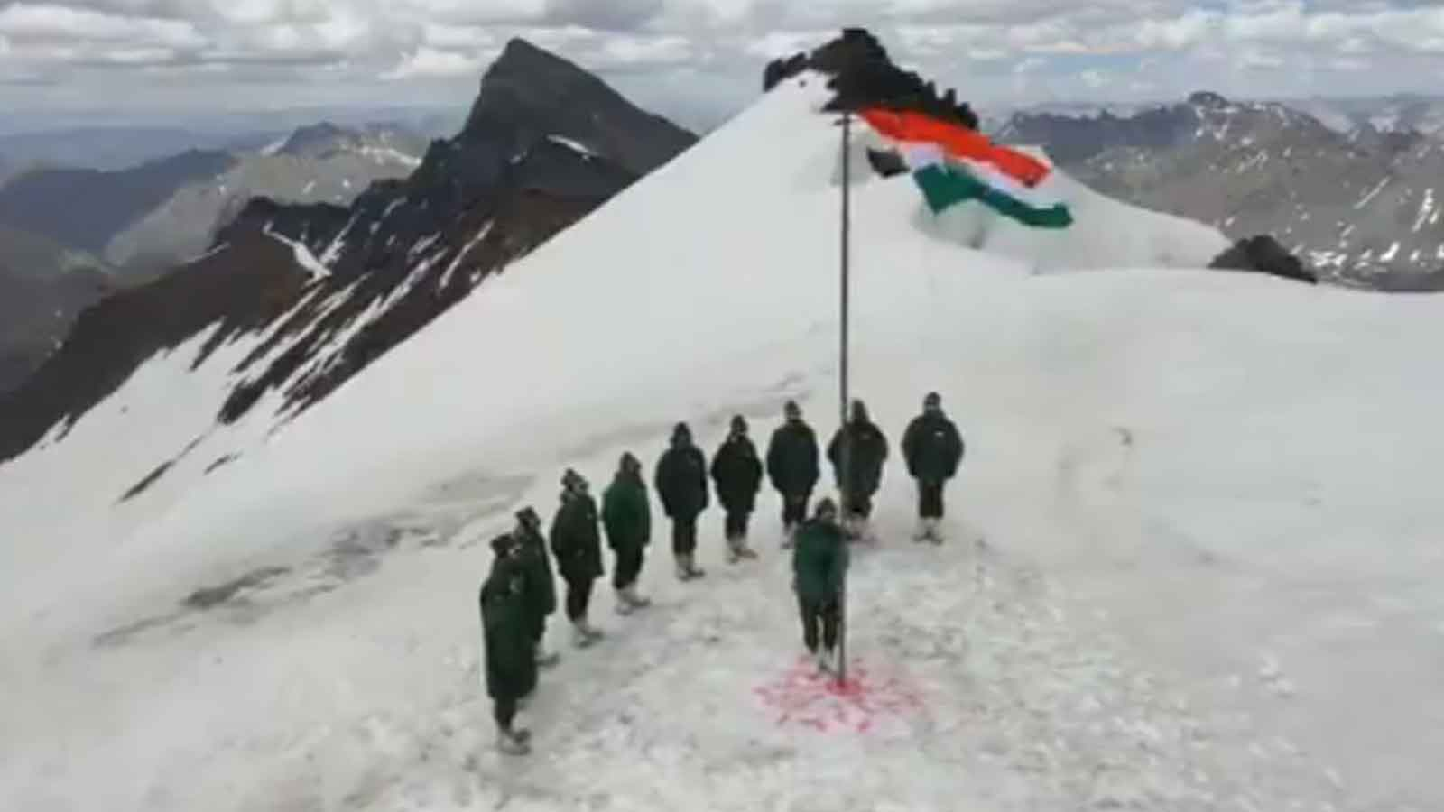 independence-day-2020-indian-army-soldiers-in-jks-gurez-sector-hoist-tricolour-on-a-snow-covered-peak