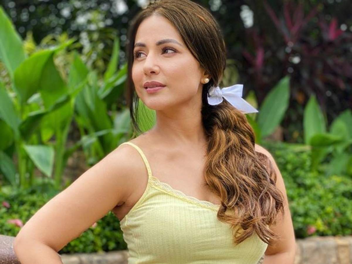 Times most desirable woman Hina Khan poses in yellow; Aamna Sharif calls  her 'pretty' - Times of India