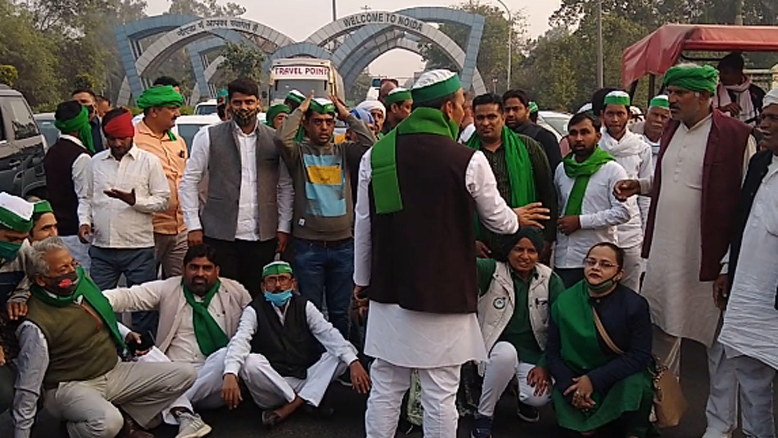 farm-bills-farmers-gather-at-delhi-noida-border-stage-protest