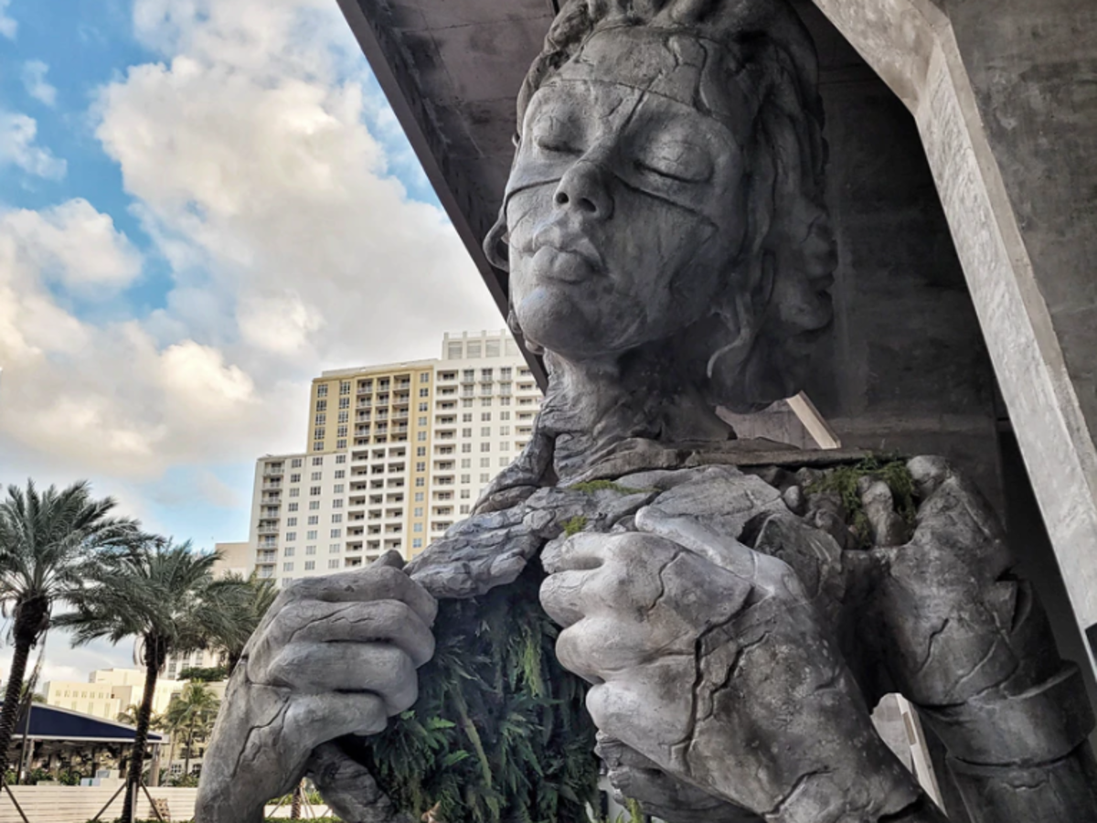 Giant sculpture of woman in USA's Fort Lauderdale is straight out of a fairytale
