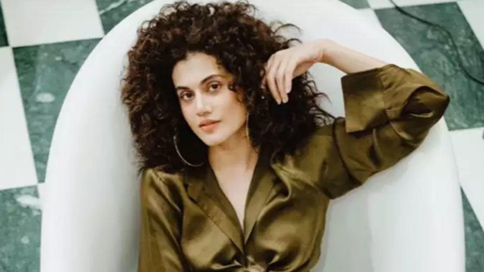 taapsee-pannu-engages-in-cheap-thrills-shares-pictures