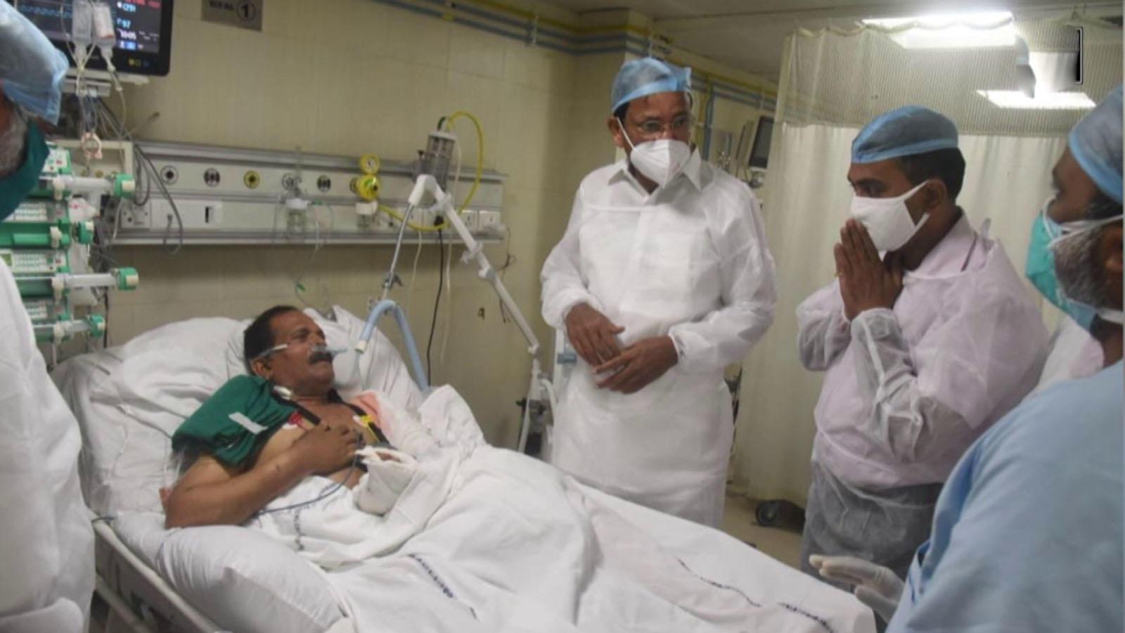 vp-naidu-meets-mos-shripad-naik-at-goa-medical-college
